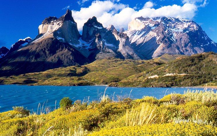 Заснеженные горные вершины и озеро