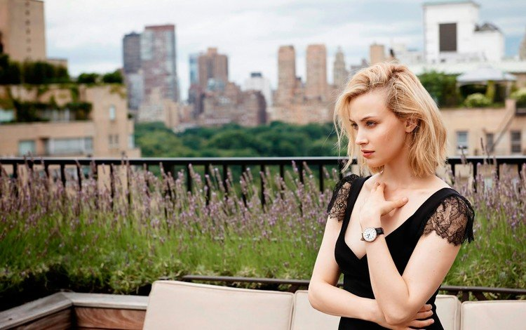 девушка, диван, блондинка, декольте, панорама, сара гадон, город, часы, дома, актриса, здания, girl, sofa, blonde, neckline, panorama, sarah gadon, the city, watch, home, actress, building
