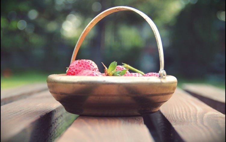 клубника, размытость, ягоды, корзинка, деревянная поверхность, strawberry, blur, berries, basket, wooden surface