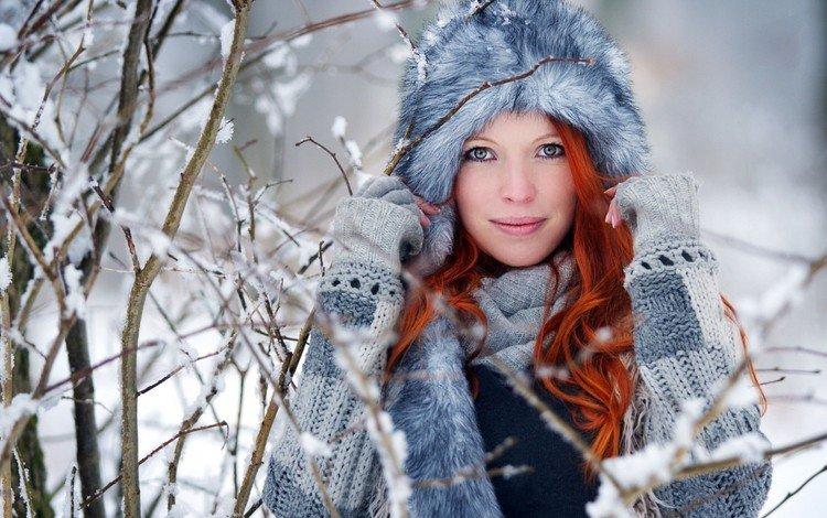 деревья, шапка, снег, мех, зима, свитер, девушка, рыжеволосая, ветки, волнистые волосы, взгляд, модель, лицо, trees, hat, snow, fur, winter, sweater, girl, redhead, branches, wavy hair, look, model, face