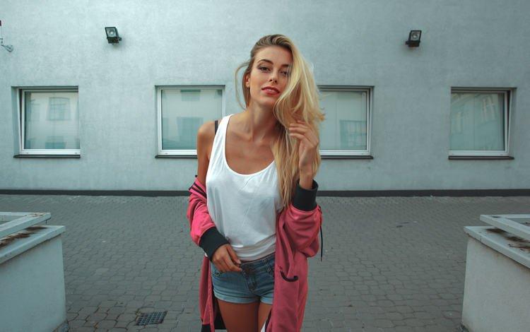 девушка, блондинка, улыбка, взгляд, волосы, лицо, красная помада, джинсовые шорты, girl, blonde, smile, look, hair, face, red lipstick, denim shorts