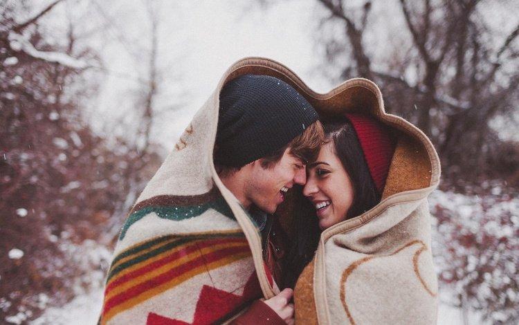 снег, вдвоем, зима, девушка, парень, холод, счастье, плед, улыбки, snow, together, winter, girl, guy, cold, happiness, plaid, smile