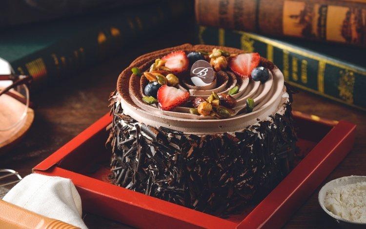 орехи, крем, клубника, книги, шоколад, сладкое, торт, десерт, голубика, nuts, cream, strawberry, books, chocolate, sweet, cake, dessert, blueberries