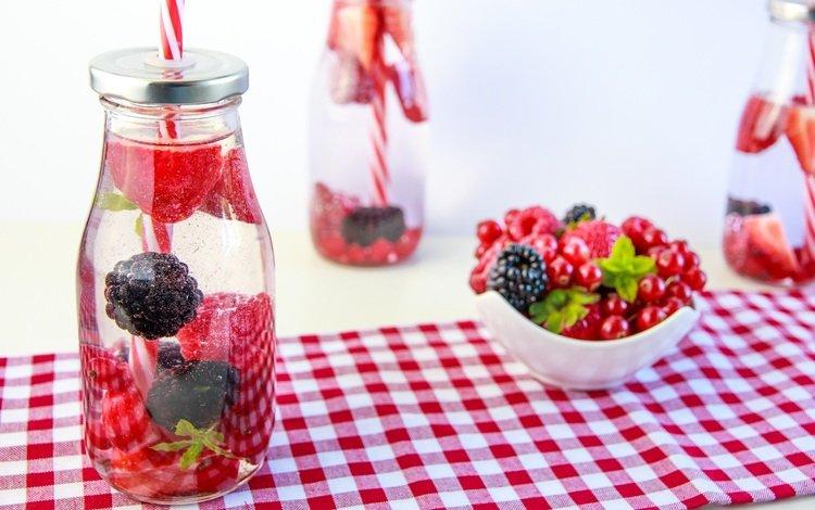 напиток, клубника, ягоды, бутылки, красная смородина, ежевика, трубочки, drink, strawberry, berries, bottle, red currant, blackberry, tube