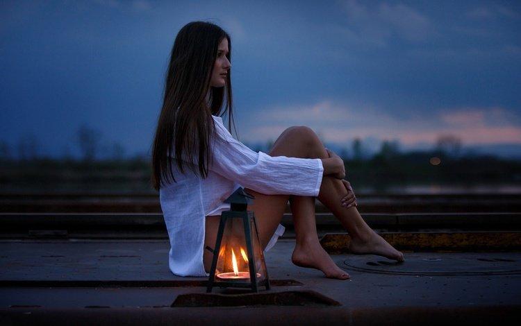 вечер, сумерки, девушка, длинные волосы, настроение, босиком, огонь, eikonas, темно, одиночество, модель, фонарь, ноги, the evening, twilight, girl, long hair, mood, barefoot, fire, dark, loneliness, model, lantern, feet