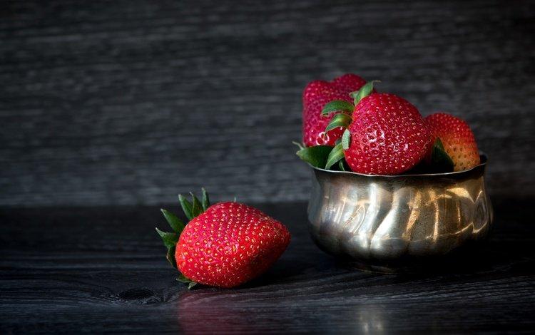 металл, клубника, доски, темный фон, ягоды, миска, metal, strawberry, board, the dark background, berries, bowl