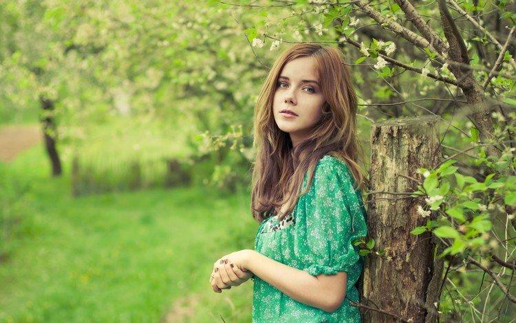 деревья, девушка, взгляд, сад, волосы, лицо, зеленое платье, trees, girl, look, garden, hair, face, green dress