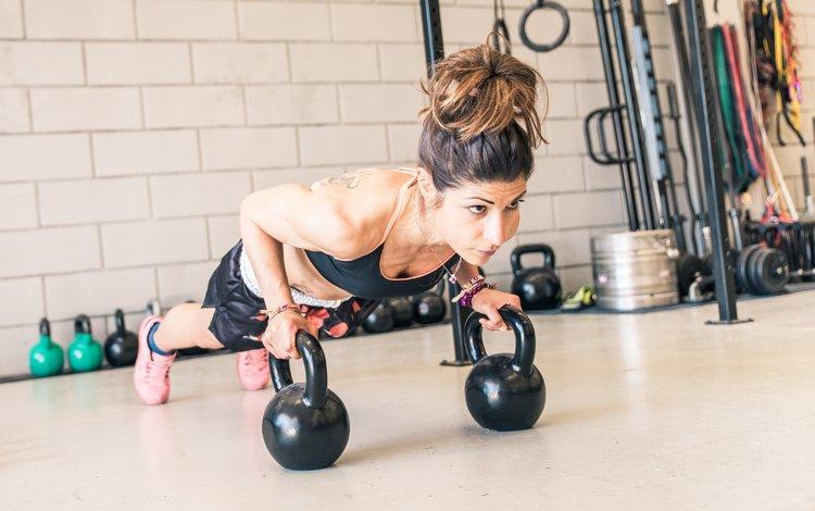девушка, отжимание, взгляд, волосы, лицо, фитнес, спортивная одежда, гири, тренировки, girl, push-ups, look, hair, face, fitness, sports wear, weights, workout