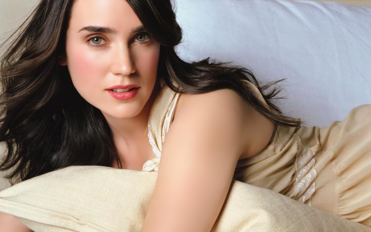 платье, брюнетка, актриса, зеленые глаза, подушка, лежа, дженнифер коннелли, розовая помада, dress, brunette, actress, green eyes, pillow, lying, jennifer connelly, pink lipstick