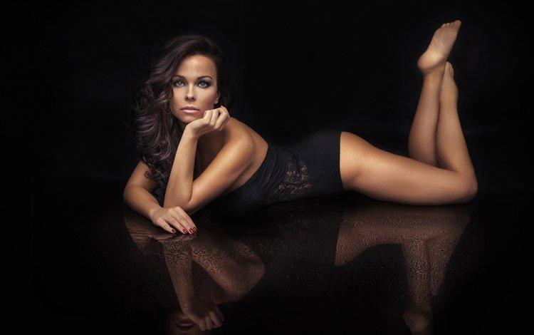 девушка, отражение, поза, взгляд, ножки, волосы, черный фон, лицо, girl, reflection, pose, look, legs, hair, black background, face