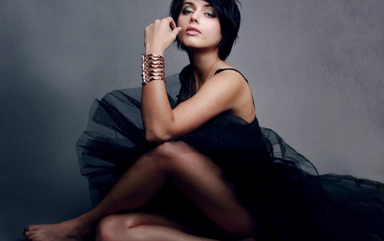 девушка, черное платье, поза, браслеты, брюнетка, амрита акария, взгляд, ножки, волосы, лицо, актриса, girl, black dress, pose, bracelets, brunette, amrita acharia, look, legs, hair, face, actress
