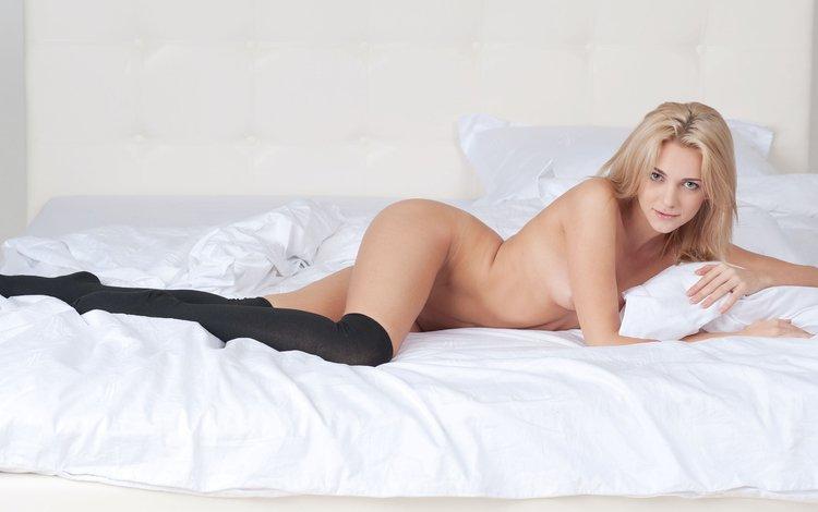 девушка, блондинка, взгляд, чулки, волосы, лицо, кровать, лежа, girl, blonde, look, stockings, hair, face, bed, lying
