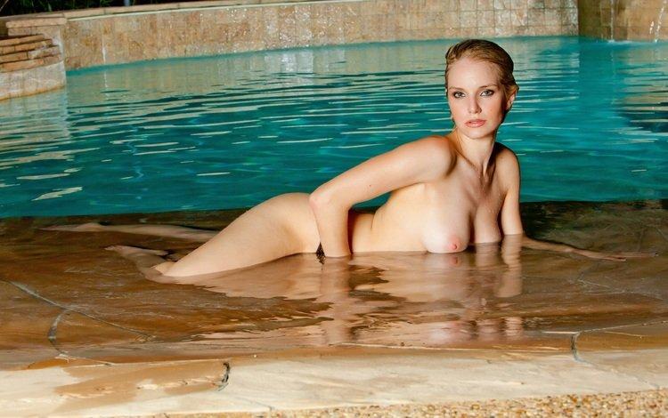 девушка, взгляд, бассейн, грудь, волосы, лицо, голая, liz ashley, girl, look, pool, chest, hair, face, naked