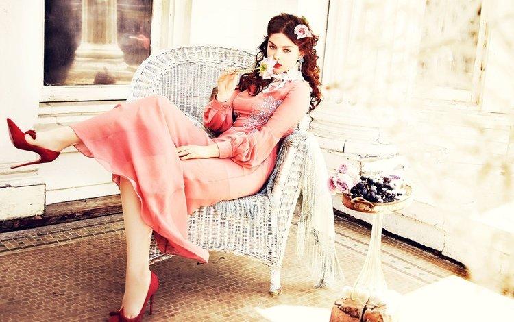 платье, фотосессия, роза, ellen von unwerth, одейя раш, сидит, актриса, макияж, туфли, в красном, в кресле, dress, photoshoot, rose, odeya rush, sitting, actress, makeup, shoes, in red, in the chair