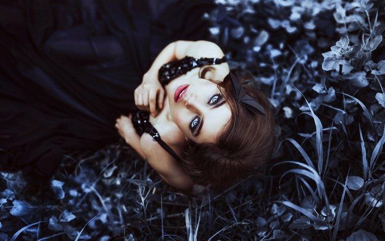 трава, ronny garcia, maria jose weigel, девушка, настроение, взгляд, волосы, лицо, макияж, черное платье, grass, jose maria weigel, girl, mood, look, hair, face, makeup, black dress