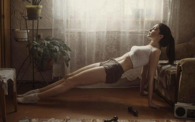 девушка, зарядка, утро, гантели, поза, david dubnitskiy, модель, комната, ножки, шорты, фитнес, girl, charging, morning, dumbbells, pose, model, room, legs, shorts, fitness