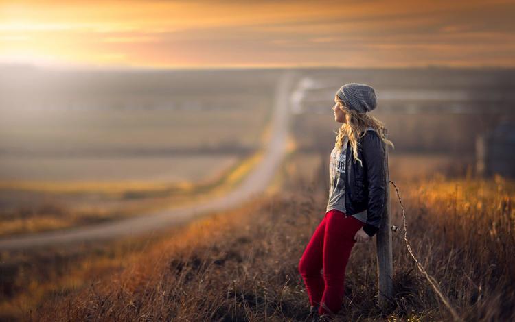 дорога, кожаная куртка, трава, jake olson studios, девушка, блондинка, поле, забор, модель, шапка, road, leather jacket, grass, girl, blonde, field, the fence, model, hat