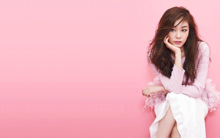 девушка, взгляд, волосы, лицо, азиатка, розовый фон, сидя, yuna kim, kim yuna, girl, look, hair, face, asian, pink background, sitting
