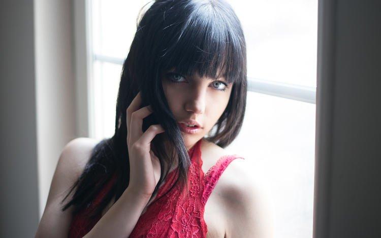 девушка, окно, портрет, брюнетка, взгляд, модель, волосы, губы, лицо, girl, window, portrait, brunette, look, model, hair, lips, face