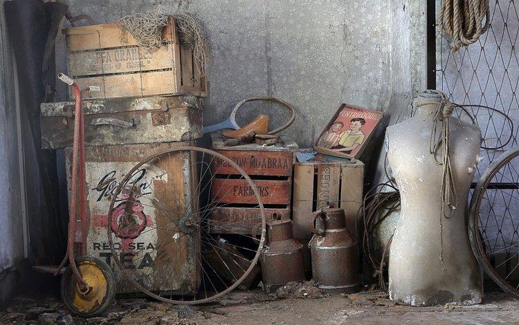 фон, барахло, самокат, колеса, сеть, ракетка, хлам, чемодан, ящики, бидон, background, scooter, wheel, network, racket, stuff, suitcase, boxes, cans