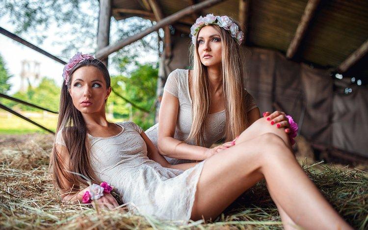цветы, природа, блондинка, девушки, сеновал, модели, шатенка, венки, flowers, nature, blonde, girls, the barn, model, brown hair, wreaths