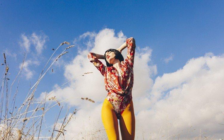 небо, закрытые глаза, облака, девушка, поза, модель, волосы, лицо, руки, the sky, closed eyes, clouds, girl, pose, model, hair, face, hands