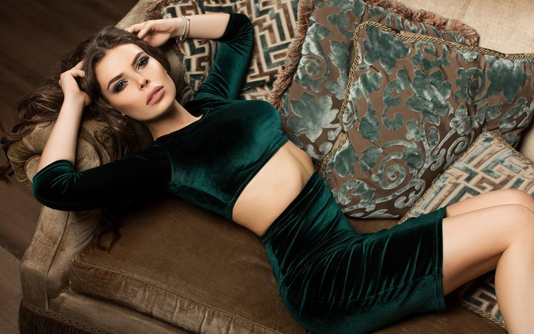 девушка, подушки, брюнетка, взгляд, модель, волосы, лицо, диван, girl, pillow, brunette, look, model, hair, face, sofa