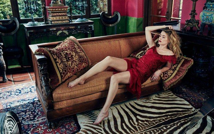 девушка, взгляд, волосы, лицо, актриса, диван, красное платье, амбер херд, girl, look, hair, face, actress, sofa, red dress, amber heard