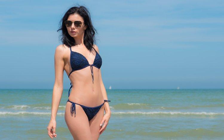 небо, море, поза, брюнетка, взгляд, модель, бикини, солнцезащитные очки, the sky, sea, pose, brunette, look, model, bikini, sunglasses
