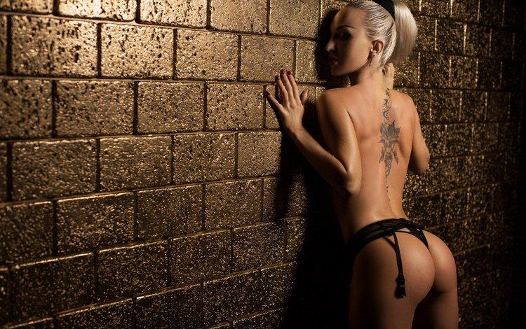 девушка, попка, блондинка, красные ногти, стена, трусики, модель, татуировки, лицо, макияж, girl, ass, blonde, red nails, wall, panties, model, tattoo, face, makeup