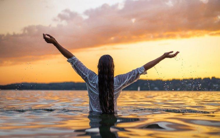 девушка, в воде, модель, на закате, силуэт, волнистые волосы, всплеск, вероника, мокрая, руки вверх, рубашка, капли воды, вид сзади, girl, in the water, model, at sunset, silhouette, wavy hair, splash, veronica, wet, hands up, shirt, water drops, rear view