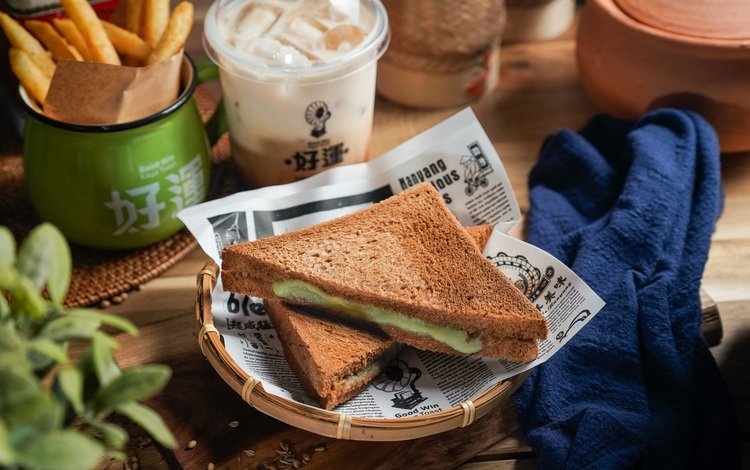 napkin, newspapers, sandwiches, fries