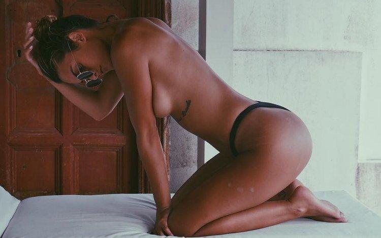 девушка, поза собачки, попа, трусики, тату, грудь, ножки, мулатка, ляжки, girl, the pose of the dog, ass, panties, tattoo, chest, legs, mulatto, thighs