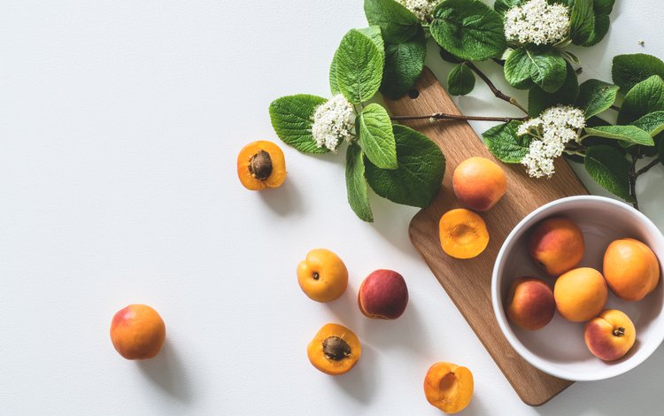 цветы, фрукты, тарелка, абрикосы, разделочная доска, flowers, fruit, plate, apricots, cutting board