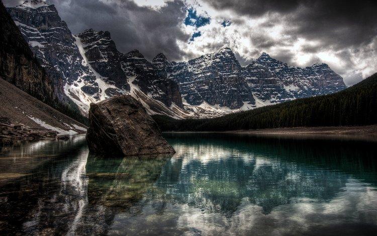 озеро, горы, снег, залив, огромный камень, lake, mountains, snow, bay, a huge stone