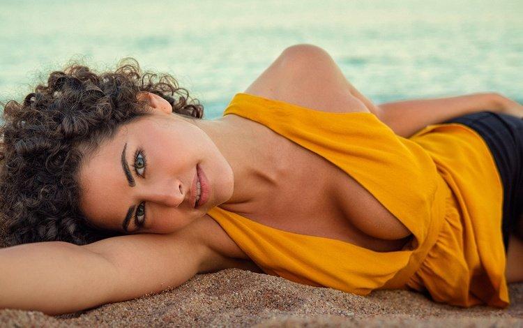 девушка, песок, взгляд, кудри, шорты, блузка, шатенка, girl, sand, look, curls, shorts, blouse, brown hair