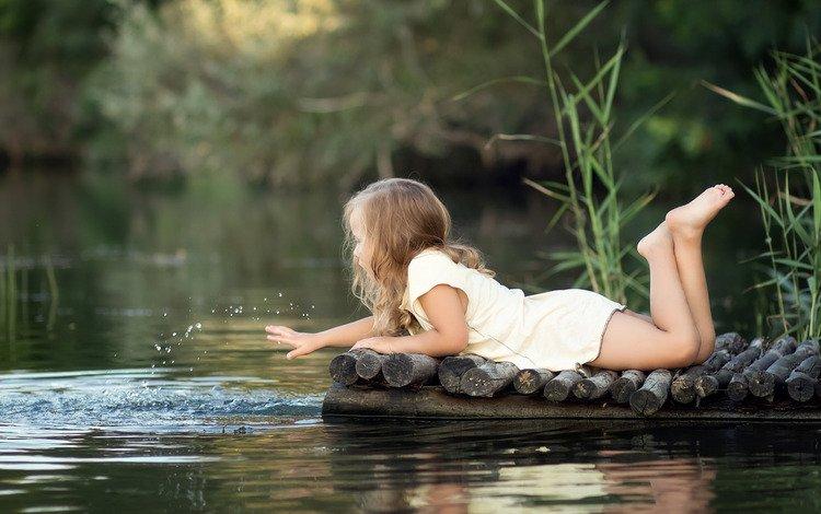 трава, игра, вода, мосток, река, природа, платье, лето, брызги, девочка, grass, the game, water, mostok, river, nature, dress, summer, squirt, girl