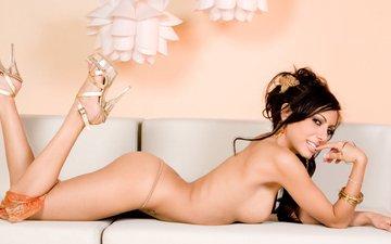 попа, каблуки, диван, голая девушка