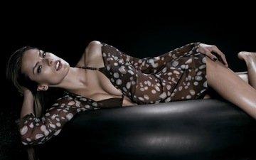 фото, фон, черный, модель, грудь, кофта, девочки, кожа, фигура, купальник, victoria secrets, кожанный диван, алессандра амброзио, женщин, моделей, алессандра амброcио, сексапильная