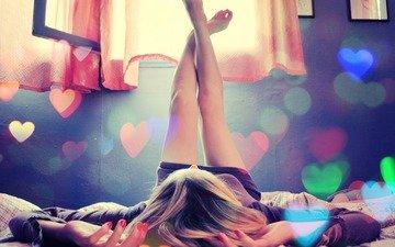 цвета, девушка, сердце, комната, ноги, кофта, окно, сердечки, занавески, постель