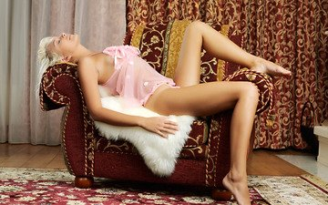 девушка, шторы, блондинка, лежит, кресло, ковер, мех