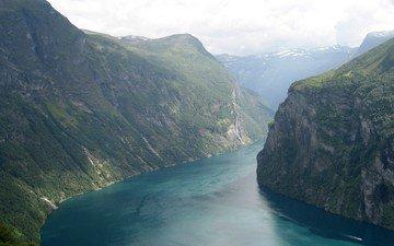 река, горы, катер