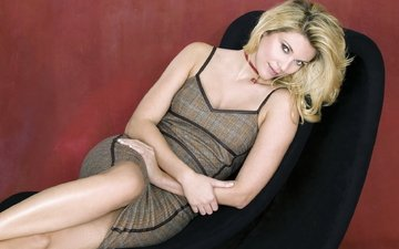 девушка, блондинка, стена, красный, кресло
