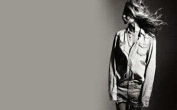 девушка, чёрно-белое, волосы, ветер, рубашка, шорты, дженифер энистон