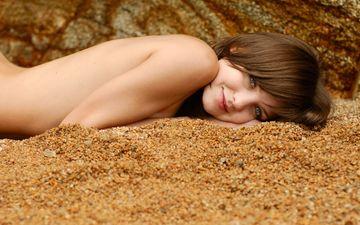 улыбка, песок, обнаженное тело