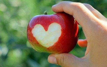 рука, сердце, яблоко