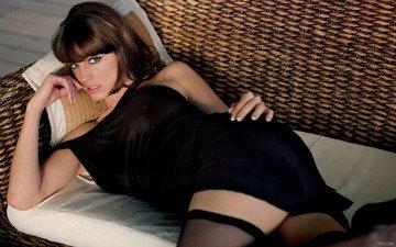 kelly, в чёрном, на диване