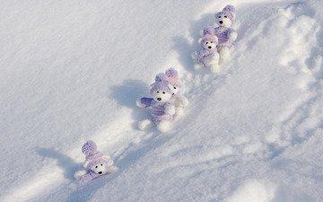 снег, полоски, зима, мишки, игрушки, белые, одежда, сугробы, искры, шапочка, тени, свитер, межвежата, симпатяги