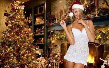 свет, свечи, елка, девушка, платье, улыбка, ноги, игрушки, белая, гирлянда