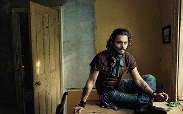 улыбка, очки, стена, дверь, стол, актёр, джони депп, джонни депп, комната, сидит, курит, нога, ботинок, джинсы, бокал, татуировки, образ